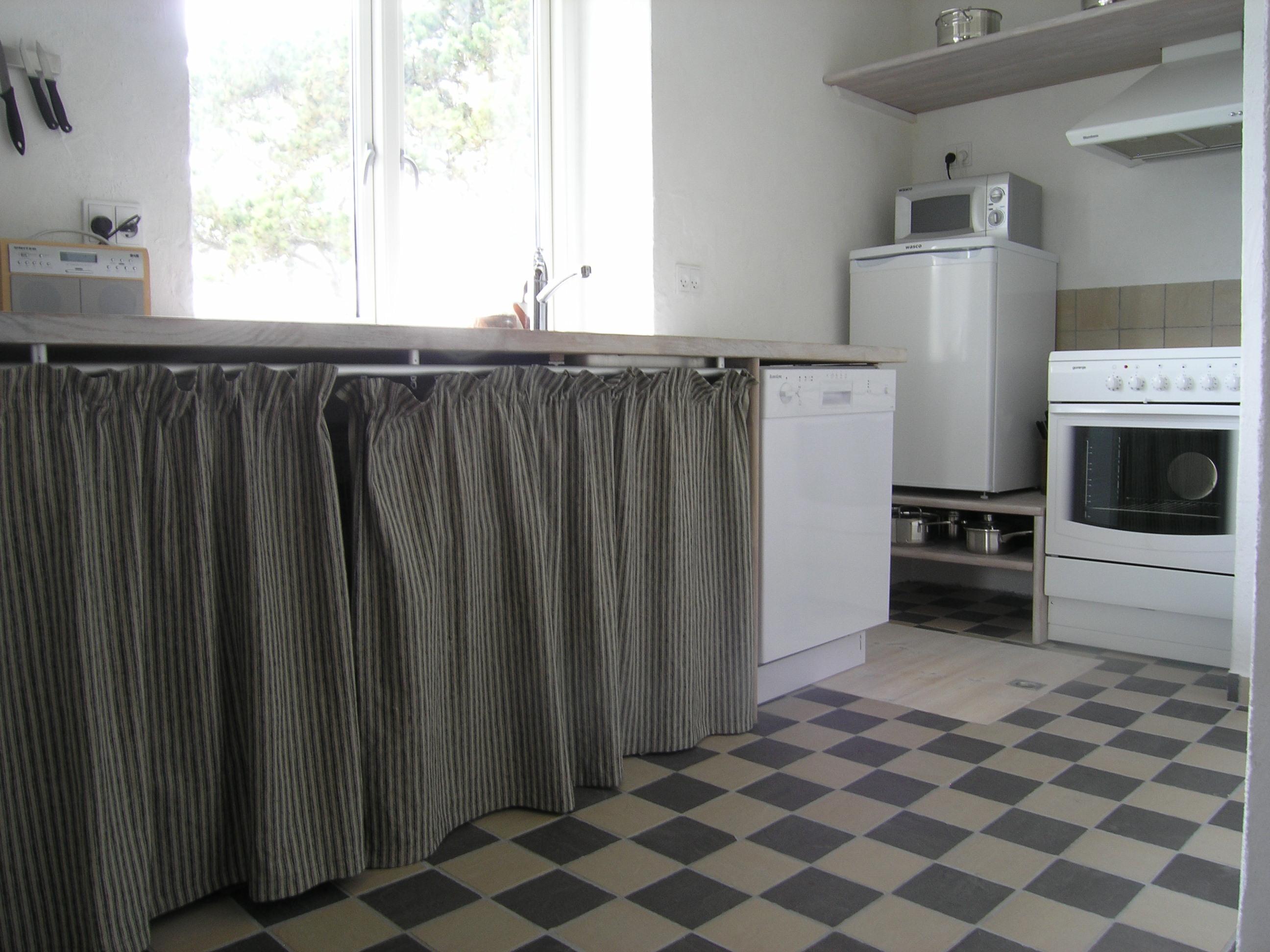 Ud over almindeligt køkkentøj findes induktionskomfur m. varmluftovn